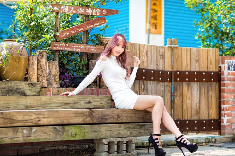 フリー写真 ベンチに座っている女性のポートレイト