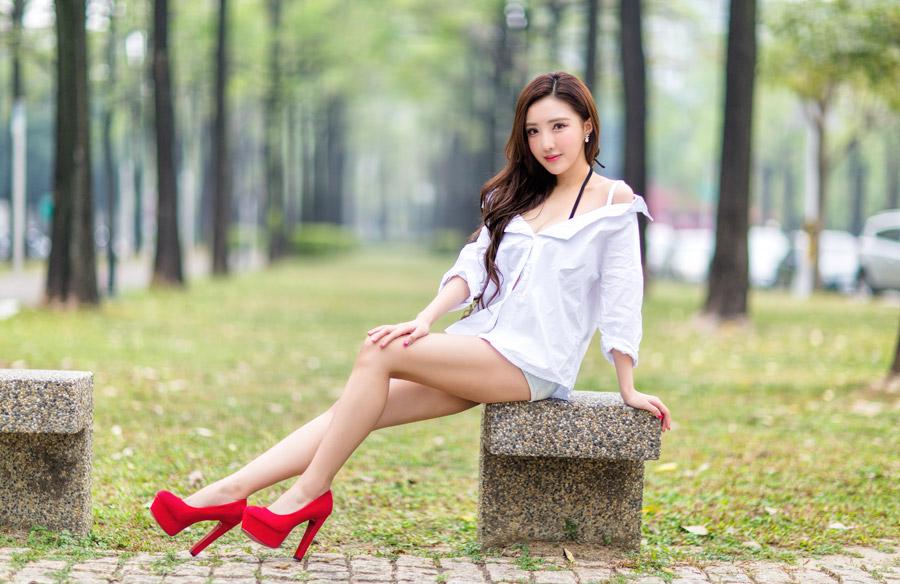 フリー写真 ハイヒールを履いてベンチに腰掛ける女性