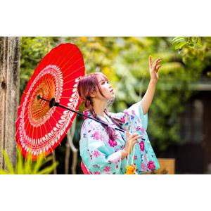 フリー写真, 人物, 女性, アジア人女性, 中国人, 女性(00173), 和服, 浴衣, 日傘, 手を伸ばす, 横顔, 見上げる(上を向く), ツインテール, 三つ編み