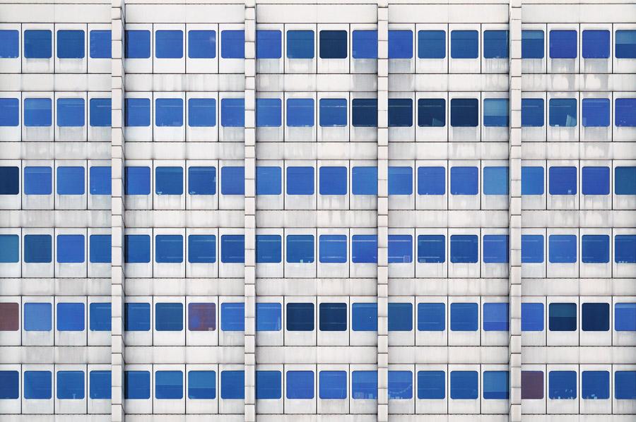 フリー写真 窓が並んだビルの背景