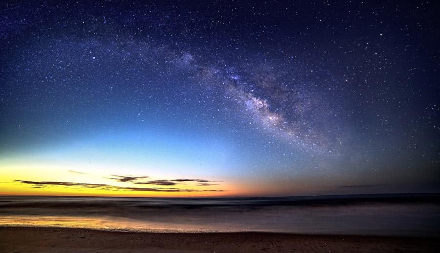 フリー写真 日暮れの砂浜と天の川の風景