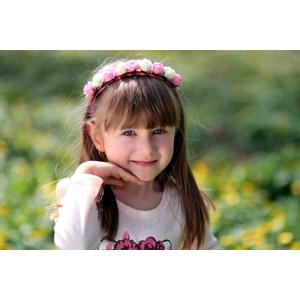 フリー写真, 人物, 子供, 女の子, 外国の女の子, ルーマニア人, 顎に手を当てる, カチューシャ