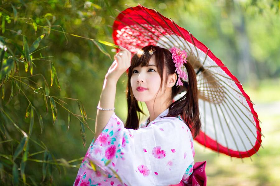 フリー写真 浴衣姿で葉っぱをつまむ女性のポートレイト