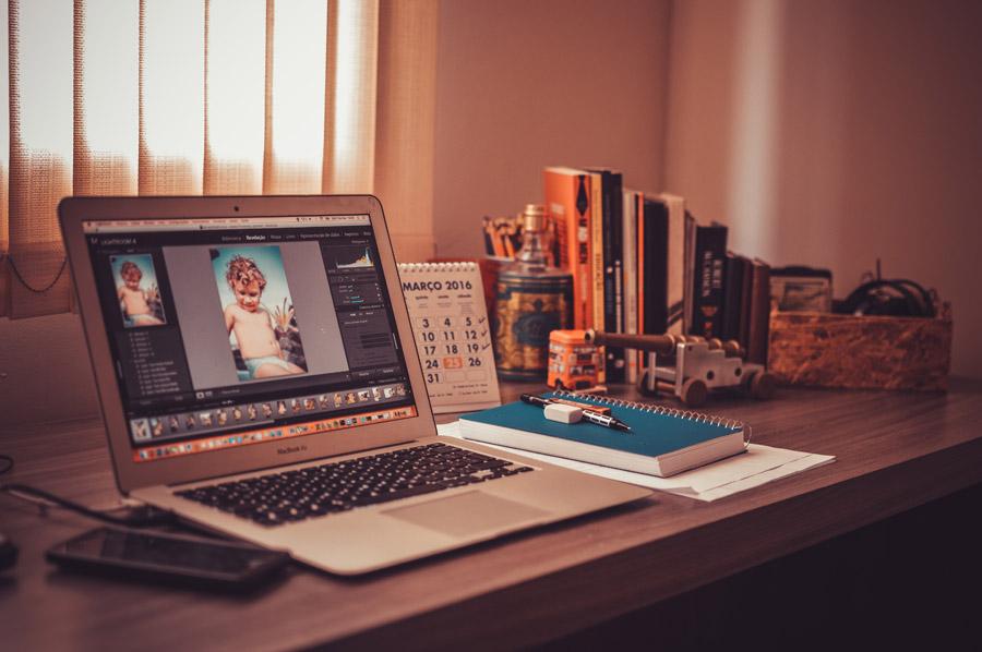 フリー写真 机の上に置かれたノートパソコン