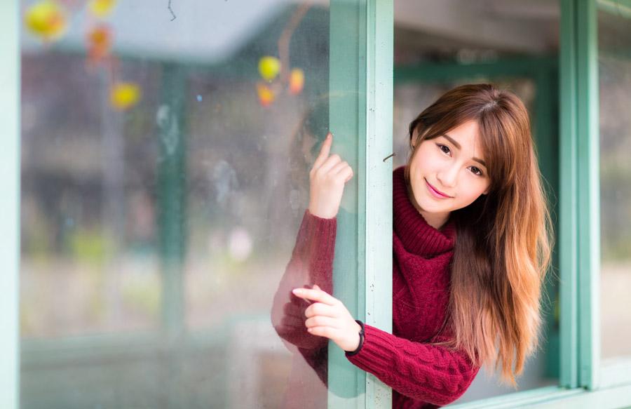 フリー写真 窓から顔を出す女性のポートレイト