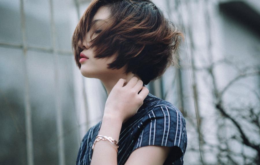 フリー写真 目を閉じるショートヘアの女性ポートレイト
