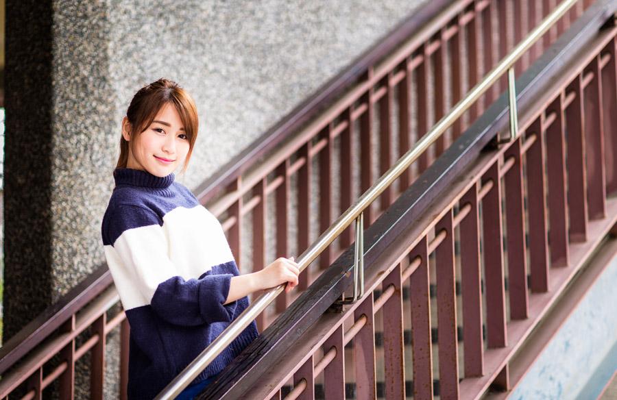 フリー写真 階段に立つ女性のポートレイト