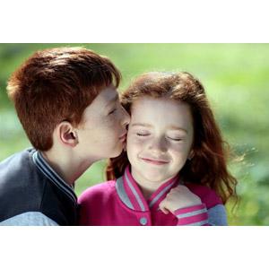 フリー写真, 人物, 子供, 兄妹(姉弟), 男の子, 女の子, キス(口づけ), ルーマニア人, 二人, 目を閉じる