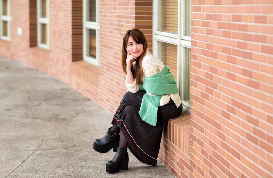 フリー写真 足を組みながら腰掛けている女性ポートレイト