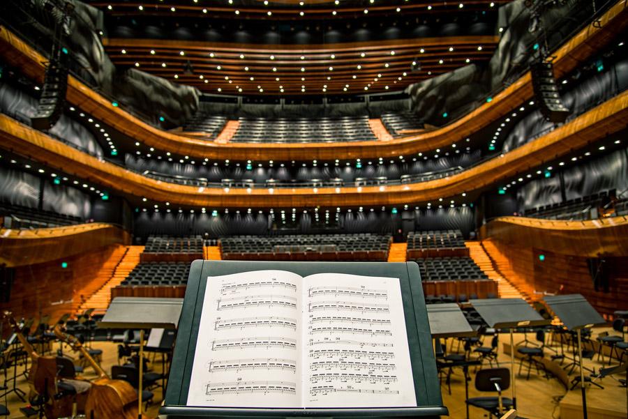 フリー写真 楽譜とコンサートホールの風景