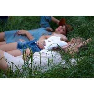 フリー写真, 人物, 女性, 外国人女性, 三人, 友達, 草むら, 寝転ぶ, 仰向け