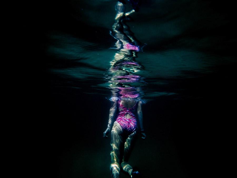 フリー写真 水の中に入った女性の後ろ姿