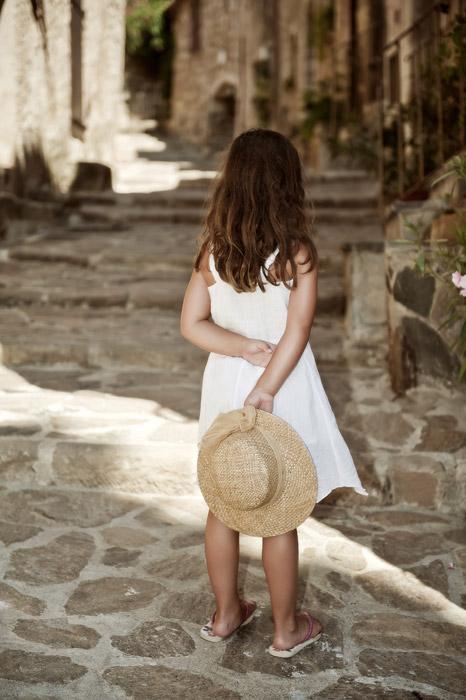 フリー写真 麦わら帽子を持つ女の子の後ろ姿