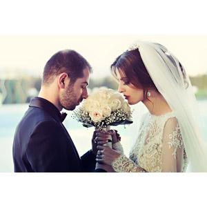 フリー写真, 人物, カップル, 花婿(新郎), 花嫁(新婦), 結婚式(ブライダル), 二人, 人と花, ブーケ, 目を閉じる, 愛(ラブ), ウェディングドレス, 匂いを嗅ぐ