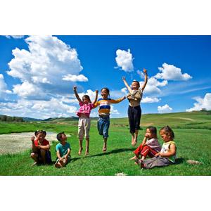 フリー写真, 人物, 子供, 集団(グループ), 男の子, 女の子, 跳ぶ(ジャンプ), 座る(地面), 草原, 青空, 雲, モンゴル人