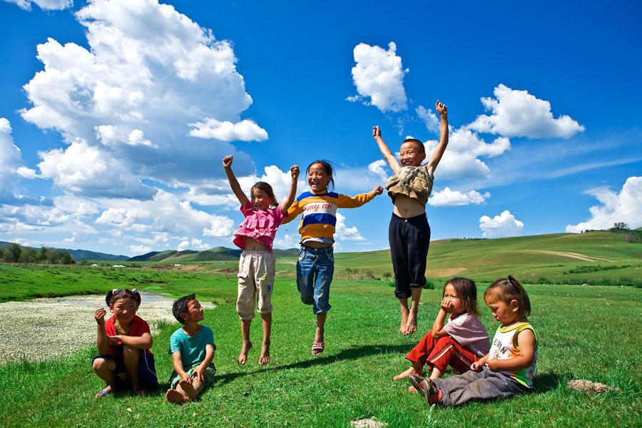 フリー写真 モンゴルの草原と子供たち