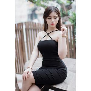 フリー写真, 人物, 女性, アジア人女性, ベトナム人, 女性(00175), 足を組む, 座る(机), ドレス, 髪の毛を触る