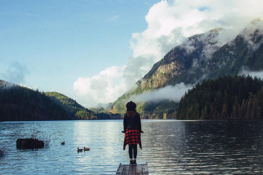 フリー写真 バンツゼン湖と桟橋に立つ女性の後ろ姿