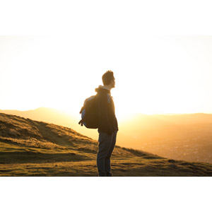 フリー写真, 人物, 男性, 外国人男性, 登山, バックパック, 眺める, 朝日, 太陽光(日光), 人と風景, 山, ポケットに手を入れる
