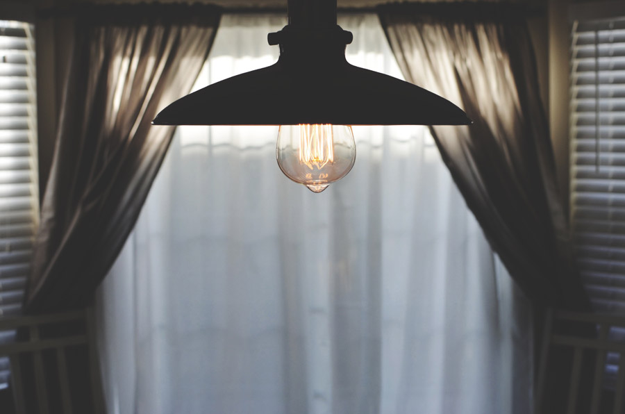 フリー写真 部屋に吊るされた電球