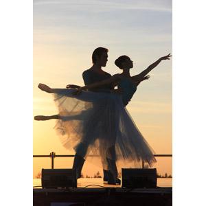 フリー写真, 人物, カップル, バレエ, バレリーナ, 踊る(ダンス), つま先立ち, 二人, 夕暮れ(夕方), 夕焼け