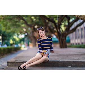 フリー写真, 人物, 女性, アジア人女性, 女性(00177), 中国人, 座る(床), サングラス, ショートパンツ, 雑誌, 読む(読書)