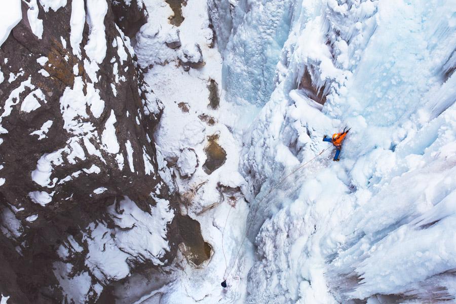 フリー写真 氷の壁を登るアイスクライミング