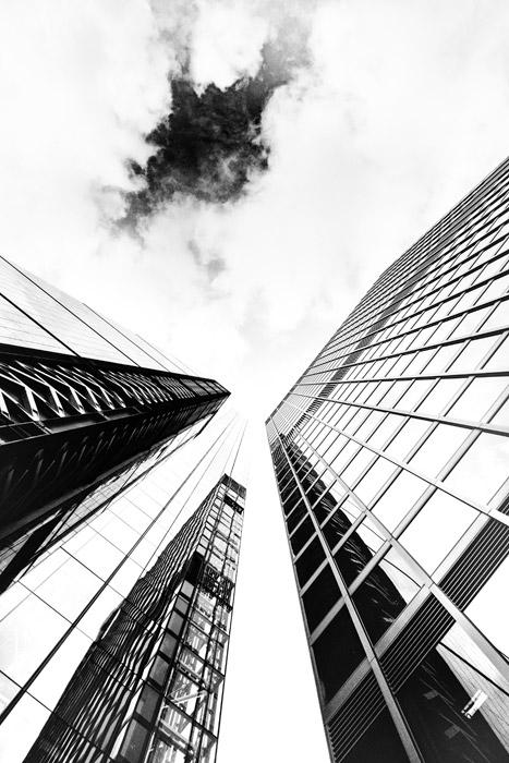 フリー写真 そびえ建つ高層ビルと雲の風景