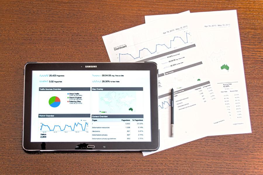 フリー写真 アクセスデータを表示したタブレットPCと書類