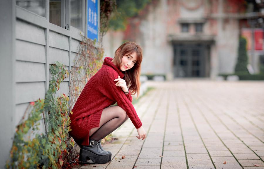 フリー写真 セーター姿でしゃがんでいる女性のポートレイト