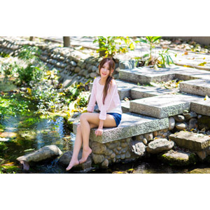 フリー写真, 人物, 女性, アジア人女性, 女性(00177), 中国人, 座る(地面), 河川, ショートパンツ