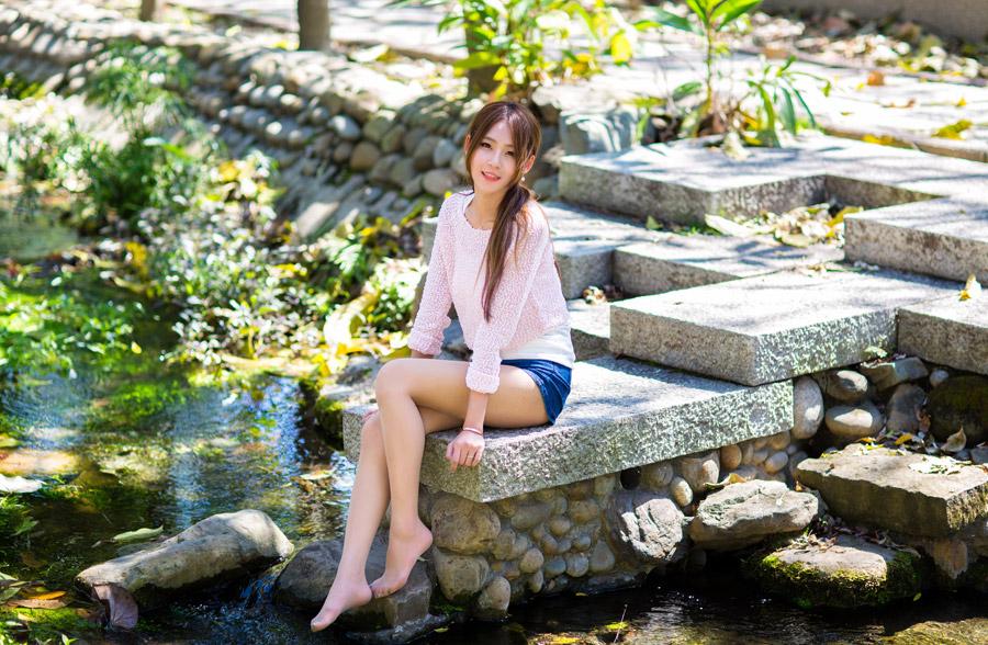 フリー写真 小川の辺に座っている女性のポートレイト