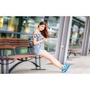 フリー写真, 人物, 女性, アジア人女性, 女性(00178), 座る(ベンチ), サングラス, ショートパンツ, 足を伸ばす