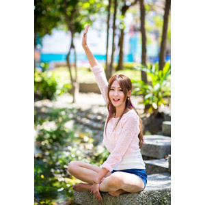 フリー写真, 人物, 女性, アジア人女性, 女性(00177), あぐらをかく, 座る(地面), ショートパンツ, 手を上げる, 挙手