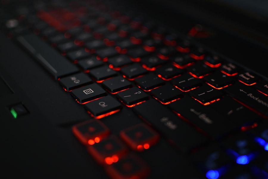 フリー写真 赤く光るキーボード