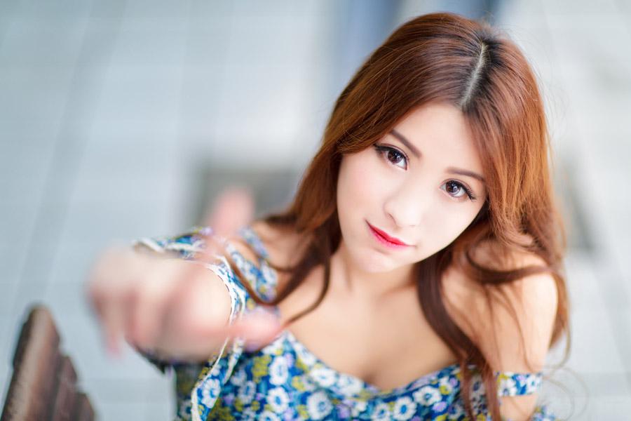 フリー写真 人差し指で触れようとする女性ポートレイト