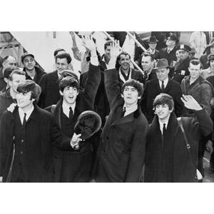 フリー写真, 人物, 人込み(人混み), 手を振る, 集団(グループ), ビートルズ, 音楽, ミュージシャン, イギリス人, 手を振る, ジョン・レノン, ポール・マッカートニー, ジョージ・ハリスン, リンゴ・スター, モノクロ, バンド, 空港
