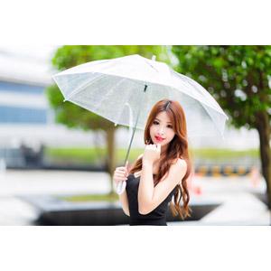 フリー写真, 人物, 女性, アジア人女性, 鄔育錡(00178), 中国人, 顎に指を当てる, 傘