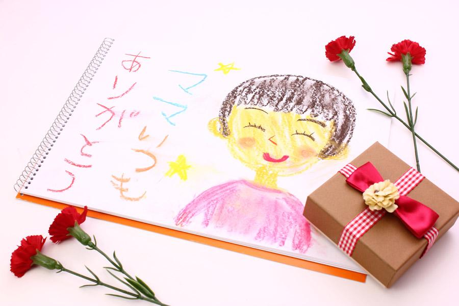 フリー写真 母の似顔絵とプレゼントとカーネーション