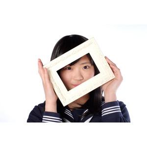 フリー写真, 人物, 少女, アジアの少女, 日本人, 少女(00048), 学生(生徒), 高校生, セーラー服(学生服), 学生服, 白背景, 覗く, 額縁, フォトフレーム