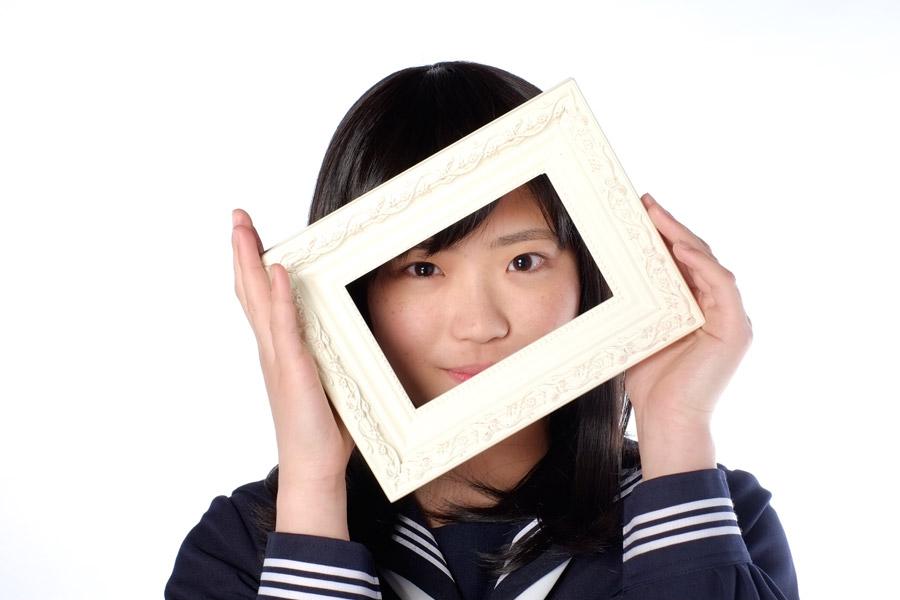 フリー写真 フォトフレームから顔を出す女子高生