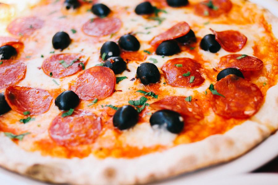 フリー写真 サラミとオリーブのピザ