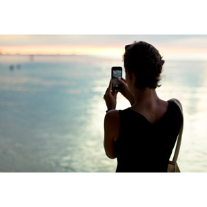 フリー写真, 人物, 女性, 外国人女性, 後ろ姿, 写真撮影, スマートフォン(スマホ), 人と風景, 海, 夕暮れ(夕方)