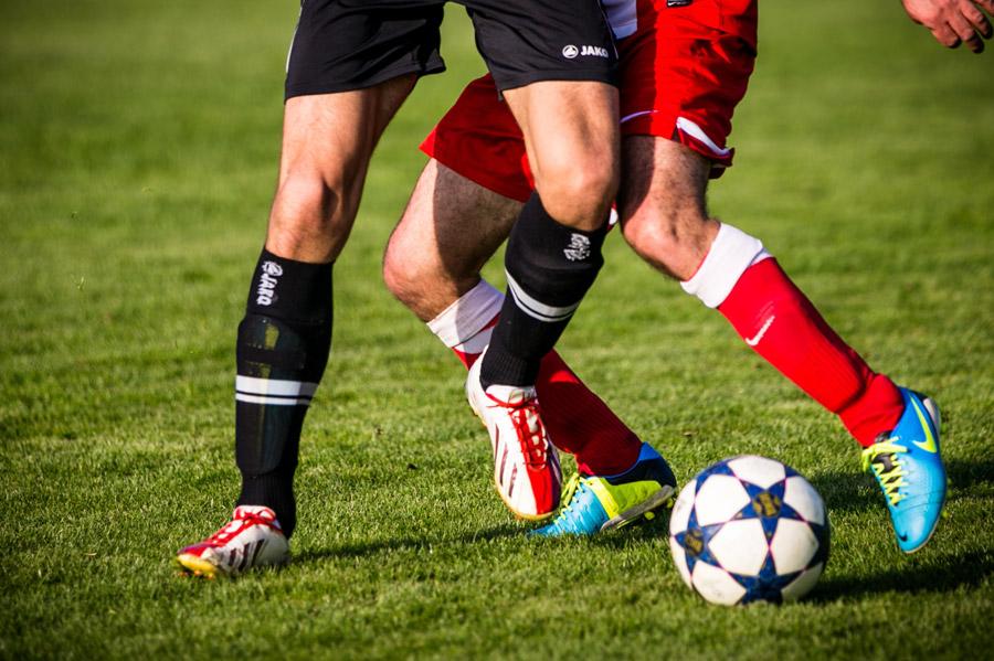 フリー写真 試合中のサッカー選手の足元