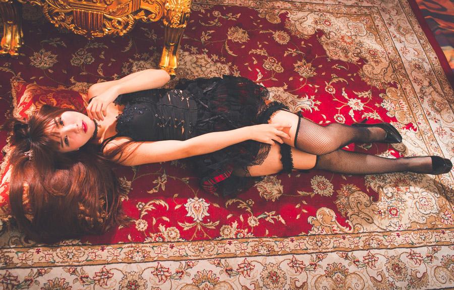 フリー写真 絨毯の上に寝転ぶゴスロリ姿の女性