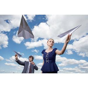 フリー写真, 人物, カップル, 男性(00181), 女性(00182), 紙飛行機, 雲, 二人, 青空