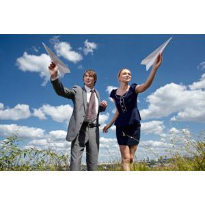 フリー写真, 人物, カップル, 男性(00181), 女性(00182), 紙飛行機, 二人, 草むら, 雲, 青空