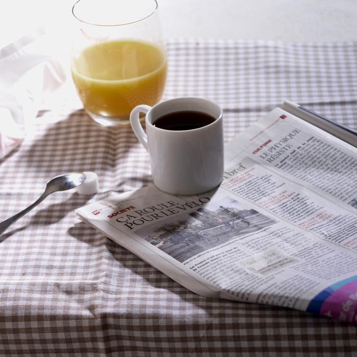 フリー写真 新聞とコーヒーとオレンジジュース