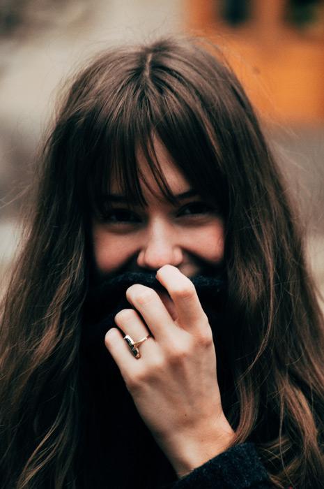 フリー写真 セーターのタートルネックで口元を隠す女性のポートレイト