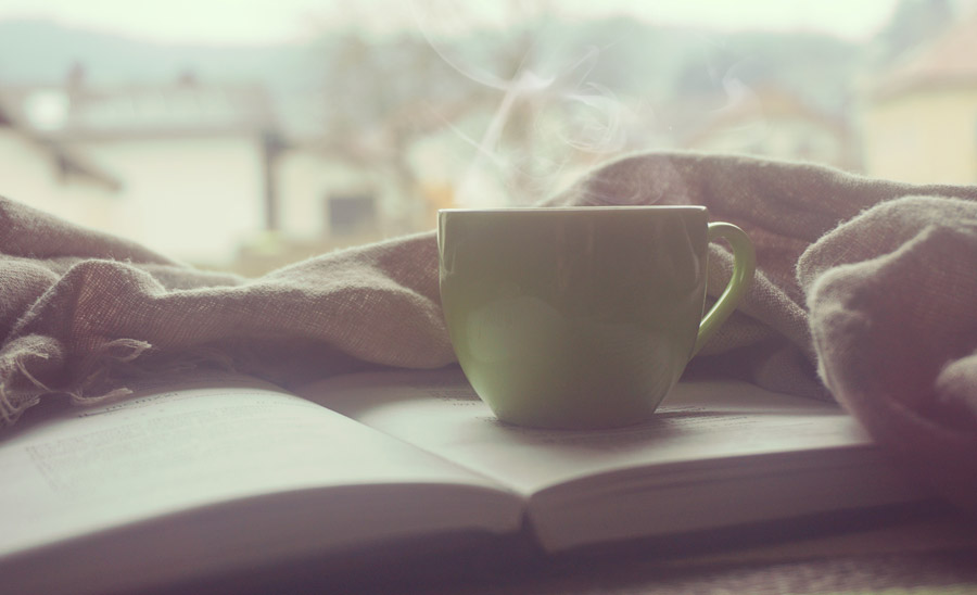 フリー写真 本の上に置かれたコーヒーカップ